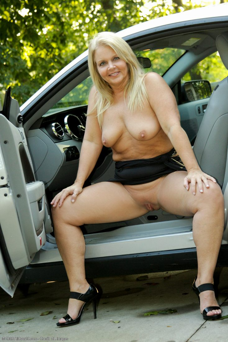 Разделась на парковке порно 21 фотография