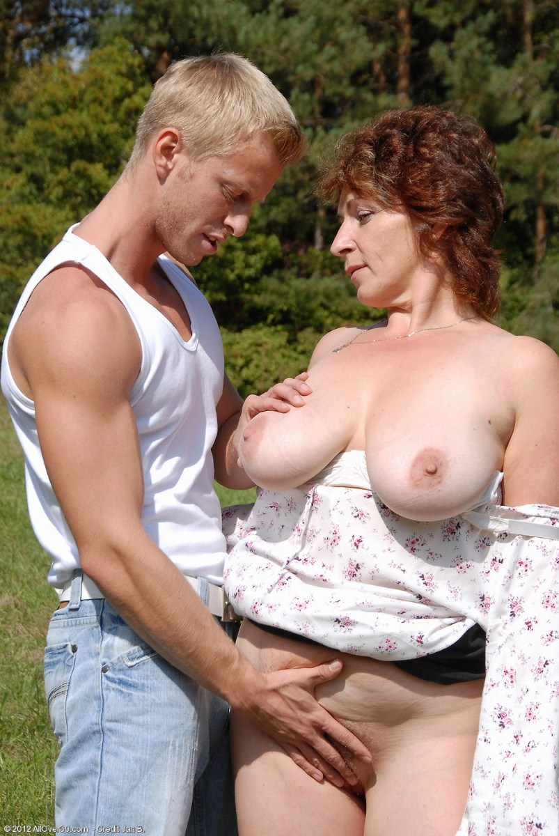 Mature woman fucked outdoors