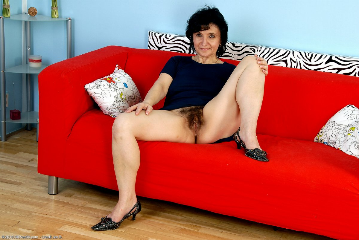 AO30Free.com Presents: Older Chick Sandra Shows Her Hairy Muff!