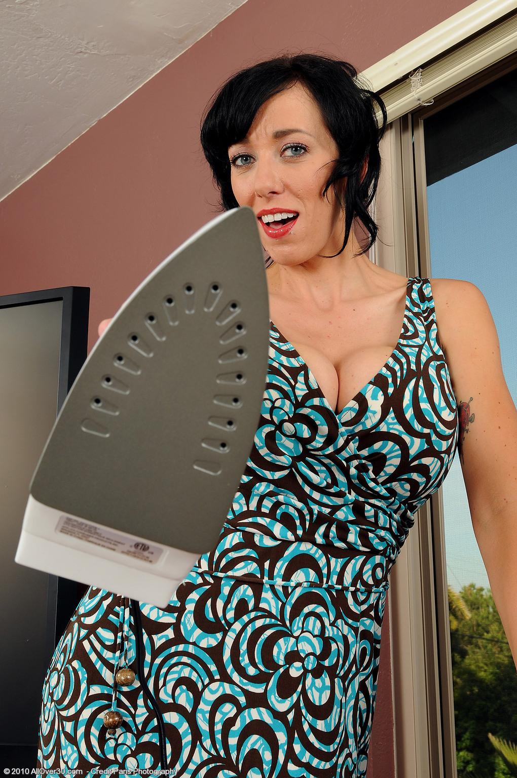 Сногсшибательная брюнетка Alia Janine уже и не надеется на приход клиента