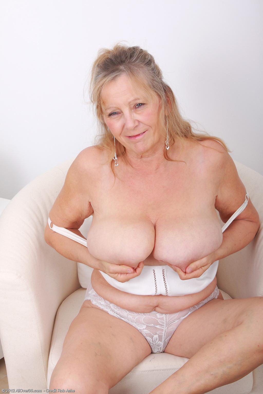 Mature mom pleasuring cunt video