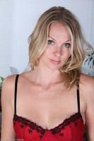 Naked MILF Lara Elaine
