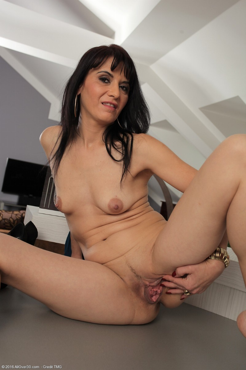 Mature brunette gracia saluda is playing with her twat - 1 part 1
